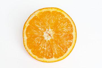 Orange coupée en deux sur fond blanc