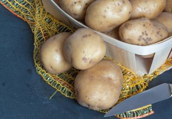 Pommes de terre en cagettes sur fond d'ardoise