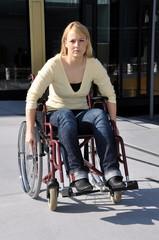 Frau fährt in Rollstuhl