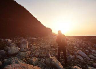 Zelfklevend Fotobehang Diepbruine woman hiker sunrise seaside