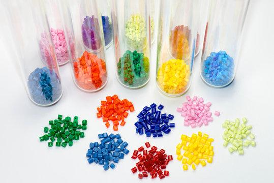 gefärbtes Kunststoffgranulat in Teströhrchen