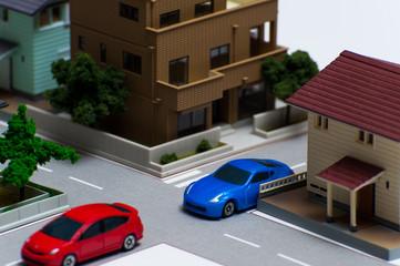 住宅地の交差点と車の通行