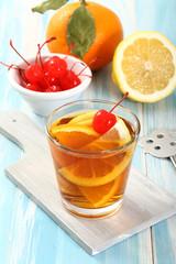 cocktail colorato con frutta
