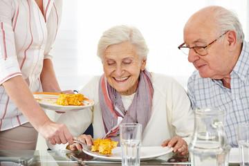 Wall Mural - Senioren essen Lunch im Pflegeheim