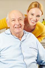 Wall Mural - Frau und alter Mann lächeln