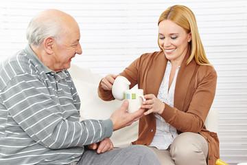 Senior und Frau trinken Kaffee