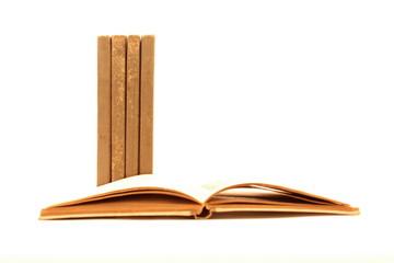 Libro aperto e quattro in verticale