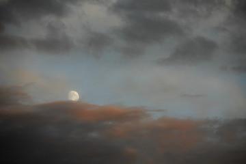 Abendhimmel mit Wolken und Mond