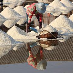 La pose en embrasure Palerme working in the salt field