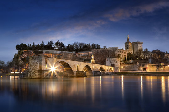 Sur le pont d'Avignon L'on y danse, l'on y danse