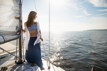 Foto op Aluminium Zeilen woman staying on sailboat
