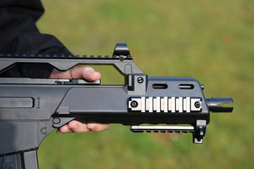 Gewehr mit Hand