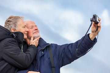 älteres erwachsenes paar senioren glücklich beim fotografieren