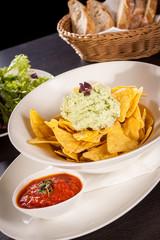 Mais Chips nachos mit guacamole und salsa dipp