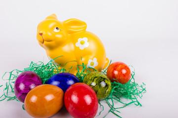 bunte Ostereier mit gelben Keramikhasen