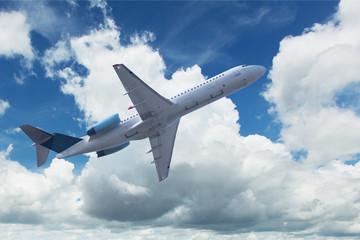 Flugzeug mit Quellwolken
