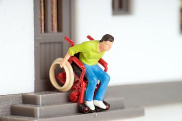 Rollstuhlfahrer auf einer Haustreppe