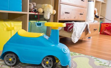 Kinderzimmer mit Plüschtier und Babysachen