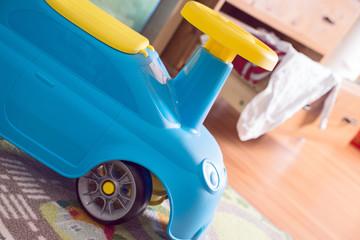 Kinderzimmer mit Spielzeug und Babysachen