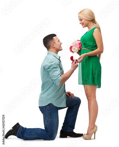 Фото мужчина дарит цветы на коленях