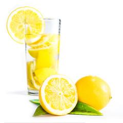 Zitronenlimonade mit Frucht