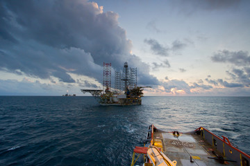 Transportation of an oil jack up platform by offshore vessel