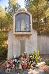 Altar con flores en el campo, Virgen Maria