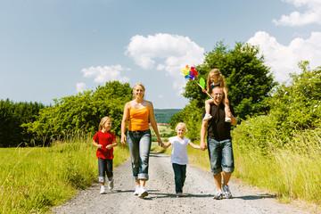 Obraz Familie geht spazieren im Sommer - fototapety do salonu