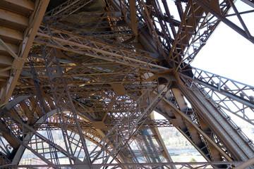 Structure métallique de la Tour Eiffel à Paris