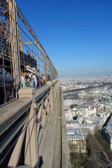 Touristes au sommet de la Tour Eiffel à Paris