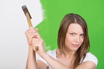 starke frau mit hammer