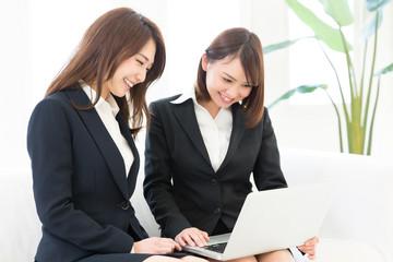 コンピューターを見る二人の女性 ビジネス