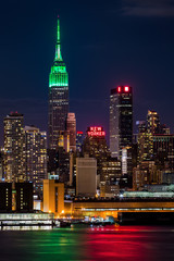 Fototapete - Empire State Building on Saint Patrick's Day.
