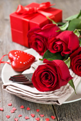 red roses, gift box