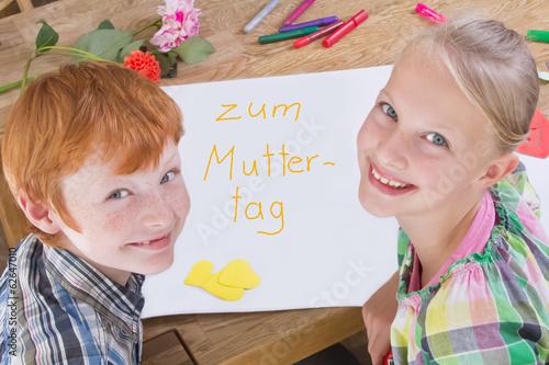 Kinder Malen Ein Bild Zum Muttertag Stockfotos Und Lizenzfreie