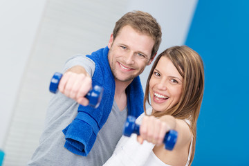 glückliches junge paar beim fitness-training