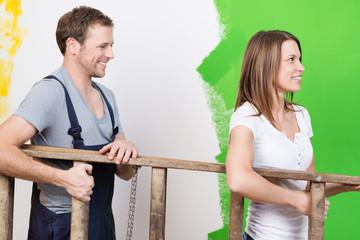glückliches junges paar renoviert die wohnung