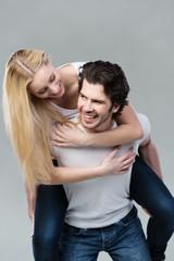 glückliches junges paar hat spaß
