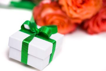 Geschenk vor Rosen