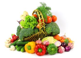 Warzywa w koszu na białym tle