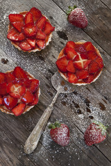 strawberries cakes with pastry cream and icing sugar