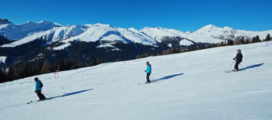 Skifahrer auf der Piste – Panorama