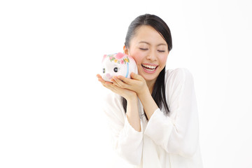 貯金箱を持つ女性