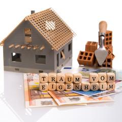 Traum vom Eigenheim mit Banknoten