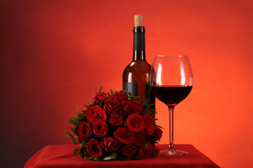 Stillleben mit Rotwein und Rosen