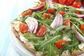 pizza verdure fresche pomodoro cipolla e rucola