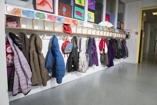 Les portes manteaux à l'école