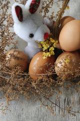 conejo de pascua entre las flores y los huevos