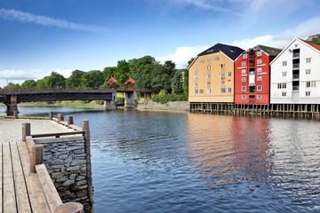 Holzbrücke Gamle Bybroen und Speicherhäuser in Trondheim