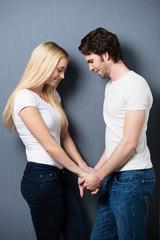 verliebtes junges paar hält händchen